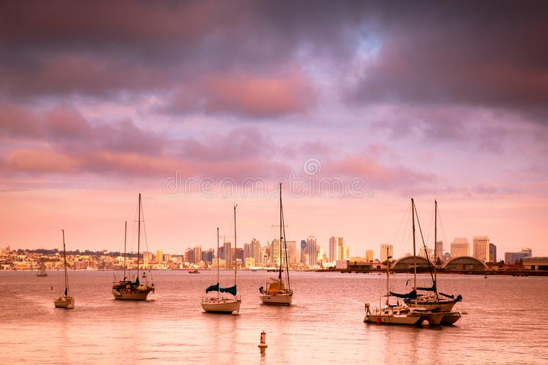 Ορίζοντας και βάρκες ηλιοβασιλέματος του Σαν Ντιέγκο Καλιφόρνια στοκ εικόνα με δικαίωμα ελεύθερης χρήσης