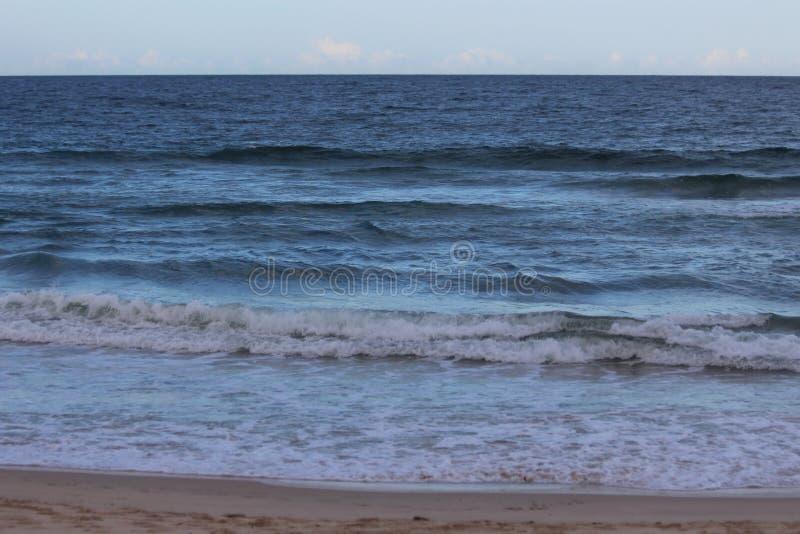Ορίζοντας και μπλε νερό στοκ εικόνα με δικαίωμα ελεύθερης χρήσης