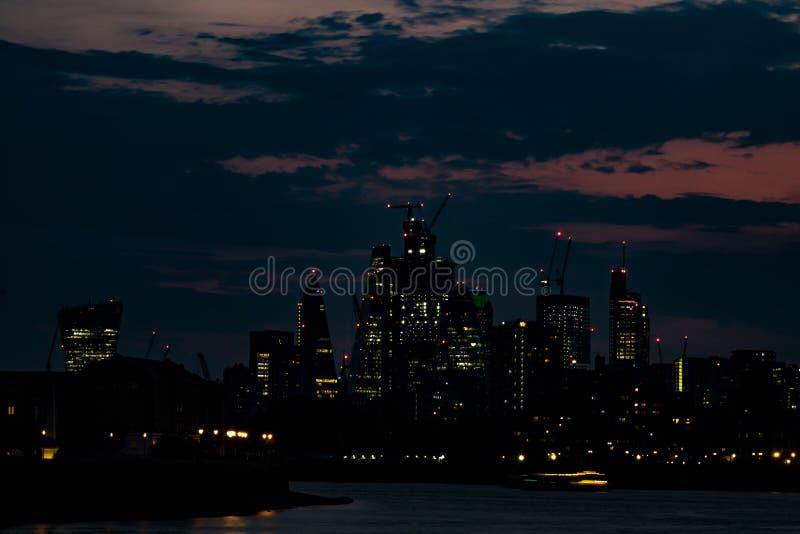Ορίζοντας νύχτας του Λονδίνου τον Αύγουστο στοκ εικόνες