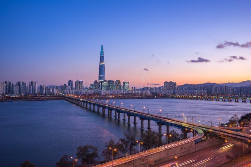 Ορίζοντας πόλεων της Σεούλ με την άποψη του ποταμού Han στη Νότια Κορέα στοκ εικόνα
