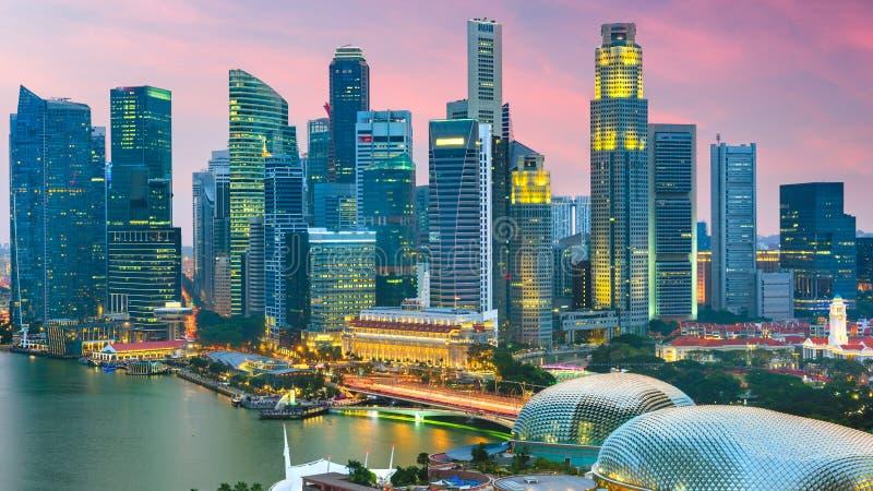 Ορίζοντας πόλεων της Σιγκαπούρης στο λυκόφως στοκ εικόνα