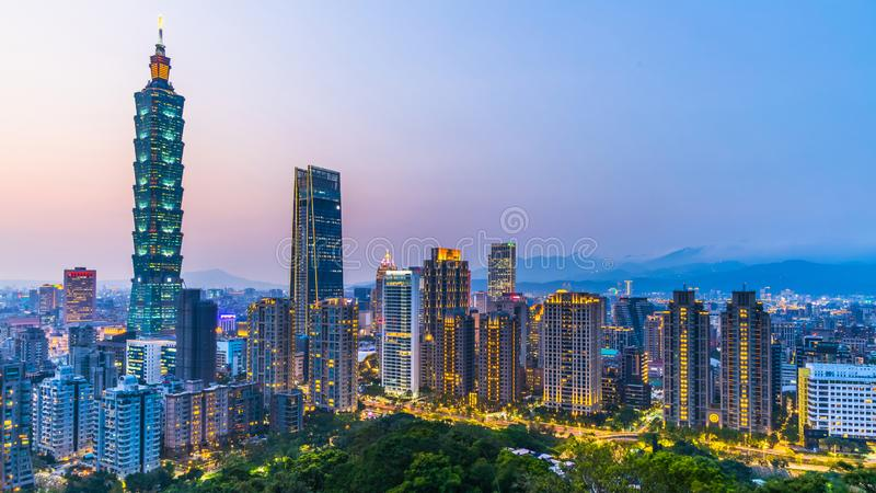 Ορίζοντας πόλεων της Ταϊβάν στο λυκόφως, το όμορφο ηλιοβασίλεμα της Ταϊπέι, τον εναέριους ορίζοντα και τον ουρανοξύστη πόλεων της στοκ εικόνες με δικαίωμα ελεύθερης χρήσης