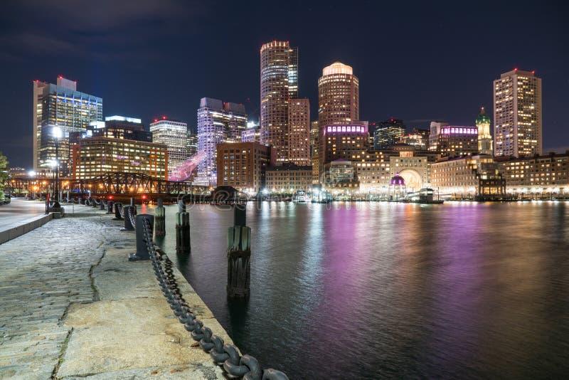 Ορίζοντας πόλεων της Βοστώνης τη νύχτα στοκ εικόνες