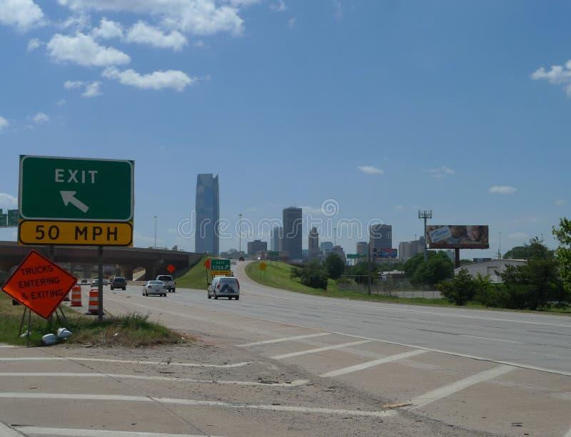Ορίζοντας Πόλεων της Οκλαχόμα με την κυκλοφορία, την εθνική οδό και το σύστημα σηματοδότησης στοκ εικόνα