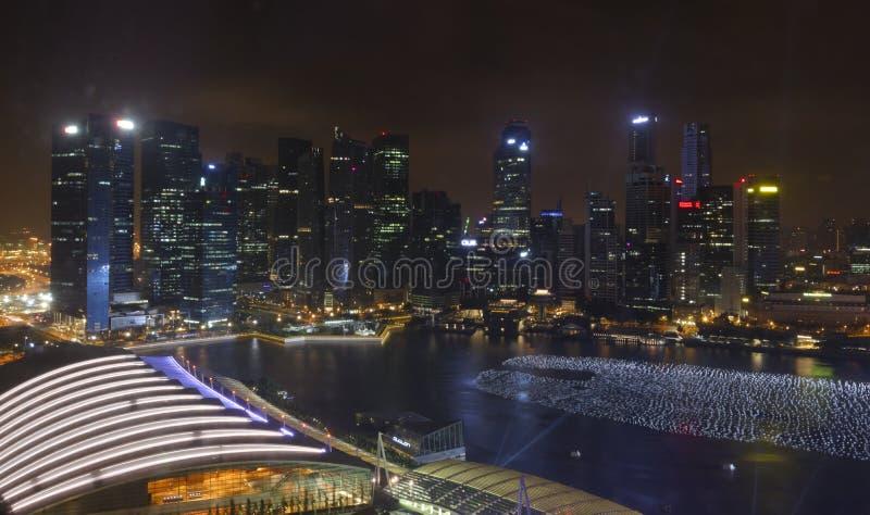 Ορίζοντας πόλεων της Σιγκαπούρης τη νύχτα στοκ φωτογραφία