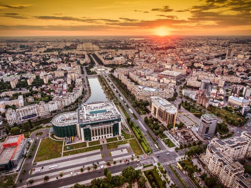 Ορίζοντας πόλεων του Βουκουρεστι'ου στο σούρουπο στοκ εικόνα