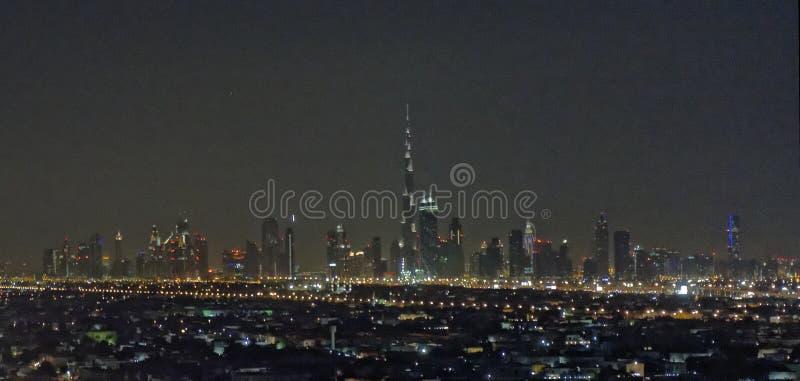 Ορίζοντας πόλεων του Ντουμπάι τη νύχτα στοκ φωτογραφία με δικαίωμα ελεύθερης χρήσης