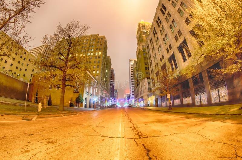 Ορίζοντας πόλεων Tulsa γύρω από τις στο κέντρο της πόλης οδούς στοκ φωτογραφία με δικαίωμα ελεύθερης χρήσης