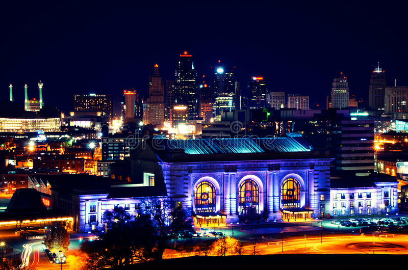 Ορίζοντας σταθμών ένωσης πόλεων του Κάνσας τη νύχτα στοκ φωτογραφίες