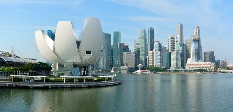 Ορίζοντας στη Σιγκαπούρη με το λουλούδι-διαμορφωμένα μουσείο ArtScience και το SK στοκ εικόνες με δικαίωμα ελεύθερης χρήσης