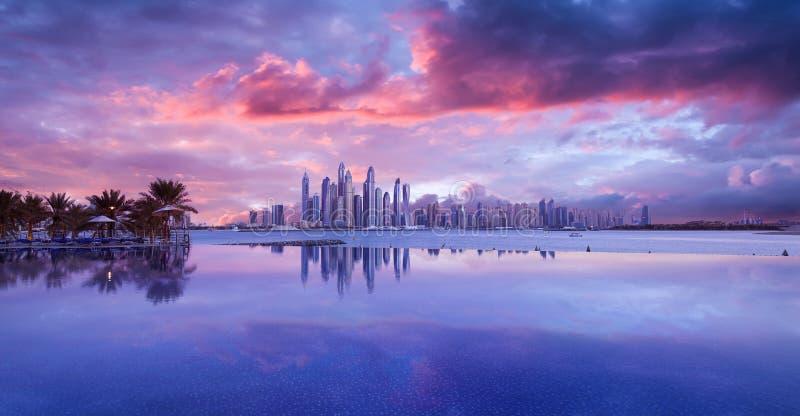 Ορίζοντας της μαρίνας του Ντουμπάι σε ένα όμορφο ηλιοβασίλεμα με μια λίμνη απείρου στο μέτωπο στοκ φωτογραφίες με δικαίωμα ελεύθερης χρήσης