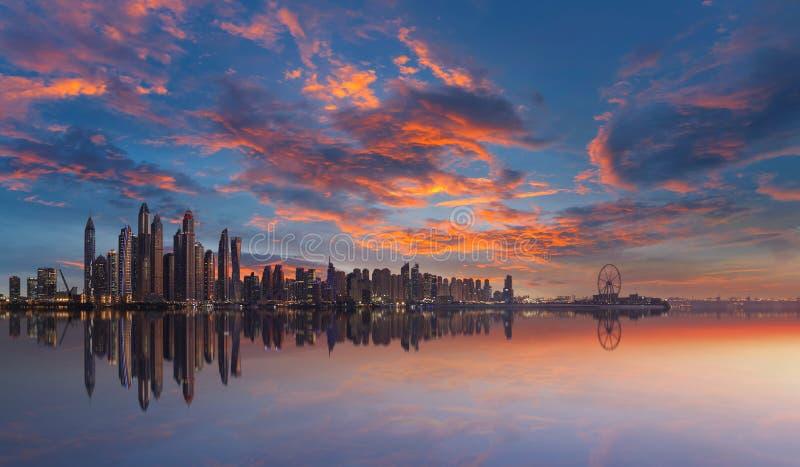 Ορίζοντας της μαρίνας του Ντουμπάι σε ένα όμορφο ηλιοβασίλεμα με το δραματικό ουρανό στοκ εικόνες