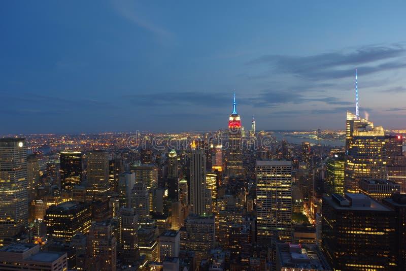 Ορίζοντας της Νέας Υόρκης τη νύχτα Κορυφή της άποψης βράχου στοκ φωτογραφίες