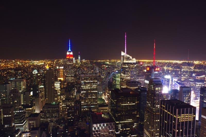 Ορίζοντας της Νέας Υόρκης τη νύχτα Κορυφή της άποψης βράχου στοκ εικόνες