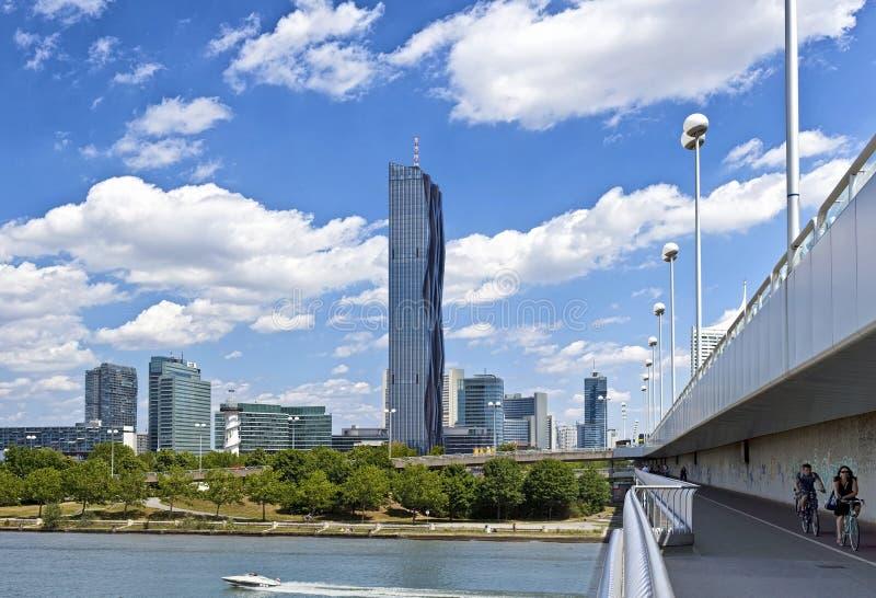 Ορίζοντας της πόλης Βιέννη Δούναβη με το νέο ρεύμα-πύργο στοκ φωτογραφίες