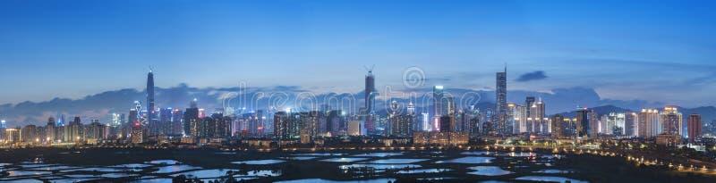Ορίζοντας της πόλης Shenzhen, Κίνα στο λυκόφως Αντιμετωπισμένος από τη Hong Ko στοκ εικόνα