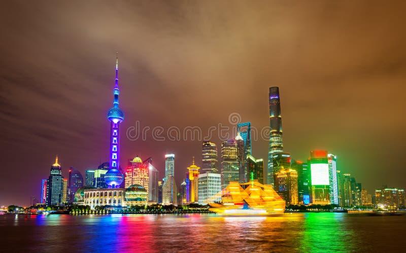 Ορίζοντας της Σαγκάη επάνω από τον ποταμό Huangpu τη νύχτα στοκ εικόνες