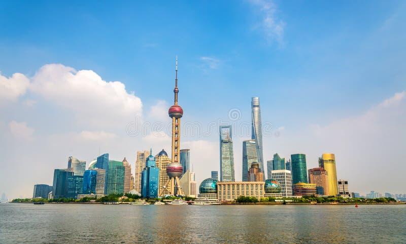 Ορίζοντας της Σαγκάη επάνω από τον ποταμό Huangpu στοκ φωτογραφίες