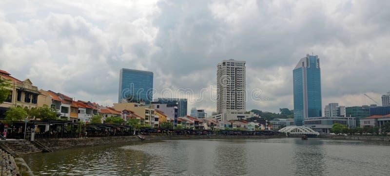 Ορίζοντας της Σιγκαπούρης από την αποβάθρα βαρκών στοκ φωτογραφίες