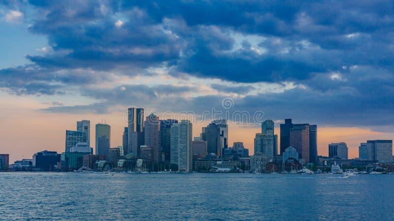 Ορίζοντας της στο κέντρο της πόλης Βοστώνης πέρα από το νερό στο ηλιοβασίλεμα, στη Βοστώνη, τις ΗΠΑ στοκ εικόνα με δικαίωμα ελεύθερης χρήσης