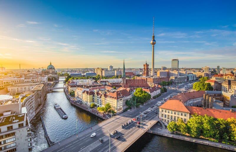 Ορίζοντας του Βερολίνου με τον ποταμό ξεφαντωμάτων στο ηλιοβασίλεμα, Γερμανία στοκ εικόνες