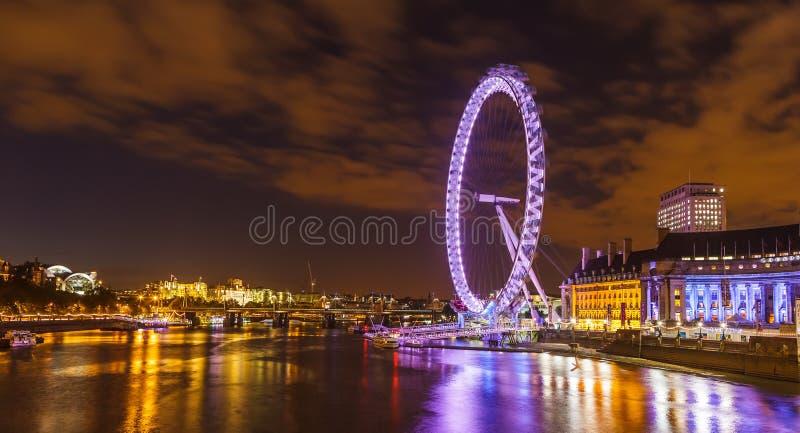 Ορίζοντας του Λονδίνου με το μάτι του Λονδίνου τη νύχτα. στοκ φωτογραφία με δικαίωμα ελεύθερης χρήσης