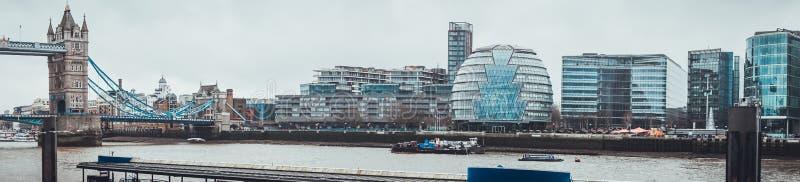 Ορίζοντας του Λονδίνου με τη γέφυρα και το Δημαρχείο πύργων στοκ φωτογραφίες