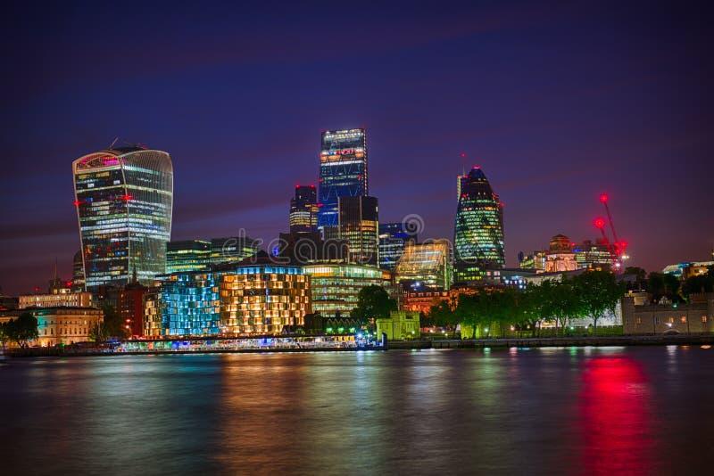 Ορίζοντας του Λονδίνου τή νύχτα στοκ εικόνες