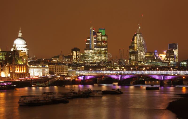 Ορίζοντας του Λονδίνου τη νύχτα στοκ φωτογραφίες με δικαίωμα ελεύθερης χρήσης