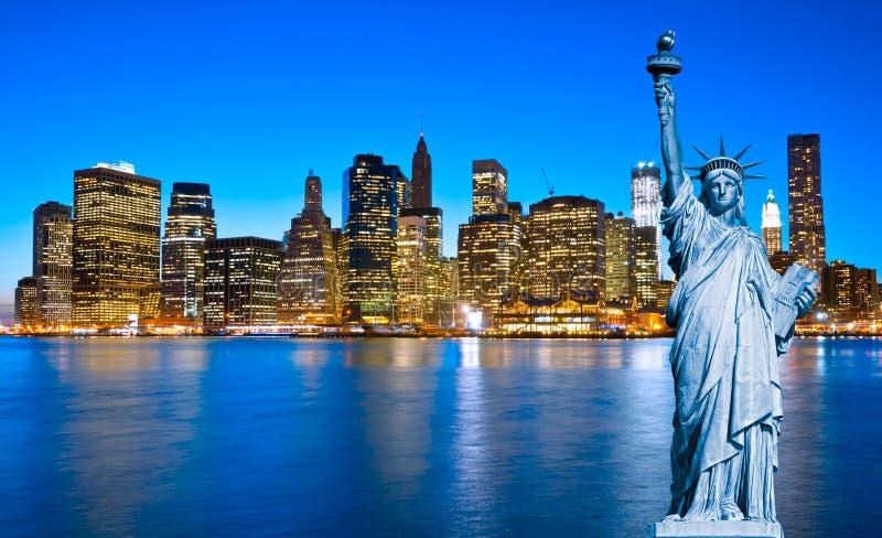 Ορίζοντας του Μανχάταν και το άγαλμα της ελευθερίας τη νύχτα, Νέα Υόρκη Γ στοκ εικόνα
