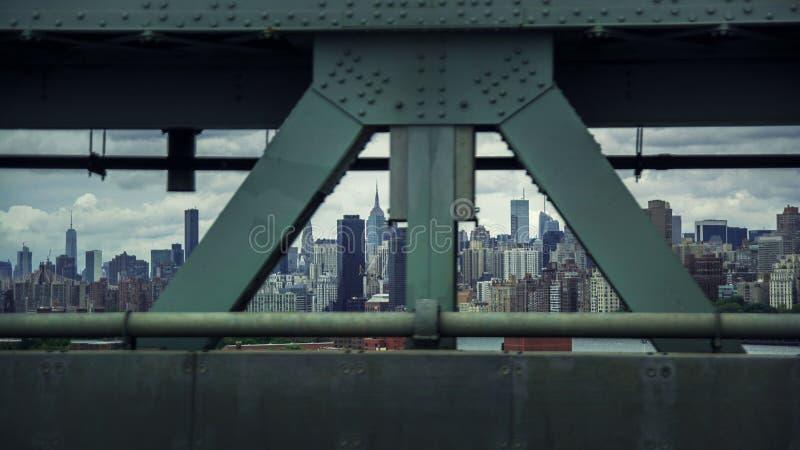 Ορίζοντας του Μανχάταν που βλέπει μέσω μιας γέφυρας στοκ εικόνες