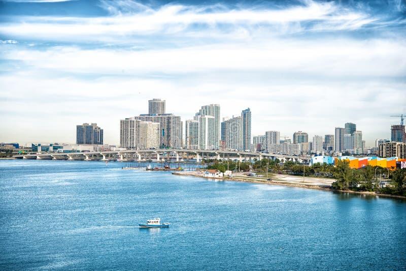 Ορίζοντας του Μαϊάμι, των ΗΠΑ και της μικρής βάρκας στην μπλε θάλασσα Κτήρια ουρανοξυστών της στο κέντρο της πόλης περιοχής στο ν στοκ εικόνες