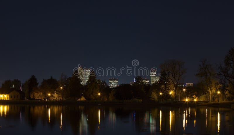 Download Ορίζοντας του Ντένβερ τη νύχτα Στοκ Εικόνες - εικόνα από απεικονισμένος, αντανάκλαση: 62714864