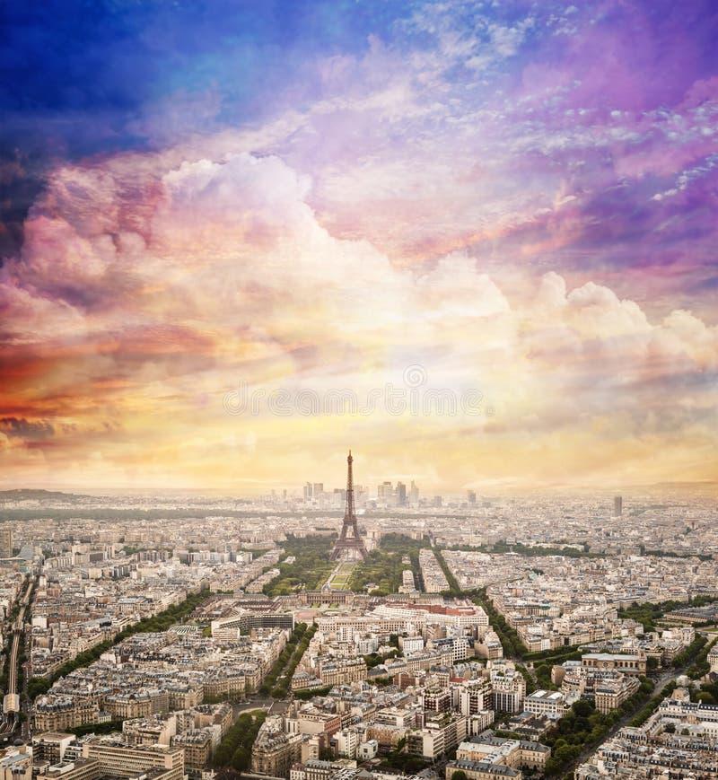 Ορίζοντας του Παρισιού, Γαλλία με τον ουρανό ηλιοβασιλέματος πύργος του Άιφελ στοκ εικόνες