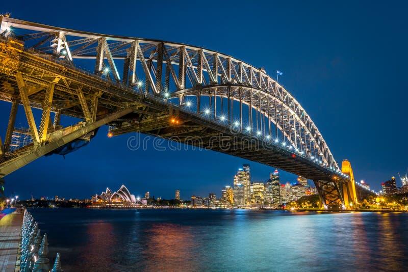 Ορίζοντας του Σίδνεϊ, Όπερα και άποψη νύχτας γεφυρών, Αυστραλία στοκ φωτογραφίες