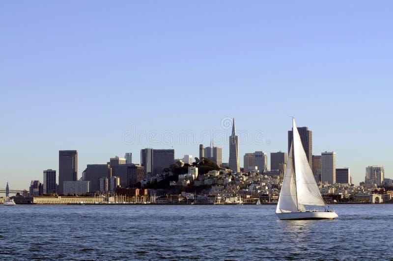 Ορίζοντας του Σαν Φρανσίσκο στο ηλιοβασίλεμα στοκ φωτογραφία με δικαίωμα ελεύθερης χρήσης
