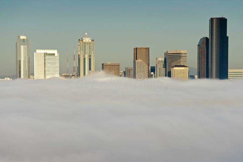 Ορίζοντας του Σιάτλ στην ομίχλη στοκ φωτογραφίες με δικαίωμα ελεύθερης χρήσης
