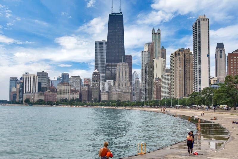 Ορίζοντας του Σικάγου, Ιλλινόις από την παραλία βόρειων λεωφόρων στη λίμνη Mic στοκ φωτογραφίες με δικαίωμα ελεύθερης χρήσης
