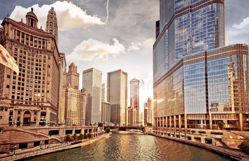 Ορίζοντας του Σικάγου στο ηλιοβασίλεμα στοκ εικόνα