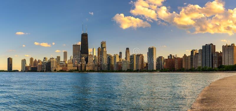 Ορίζοντας του Σικάγου στο ηλιοβασίλεμα που αντιμετωπίζεται από την παραλία βόρειων λεωφόρων στοκ φωτογραφίες με δικαίωμα ελεύθερης χρήσης