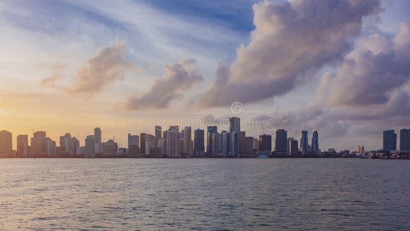 Ορίζοντας του στο κέντρο της πόλης Μαϊάμι από τη θάλασσα κάτω από τον ουρανό και των σύννεφων στο s στοκ εικόνες