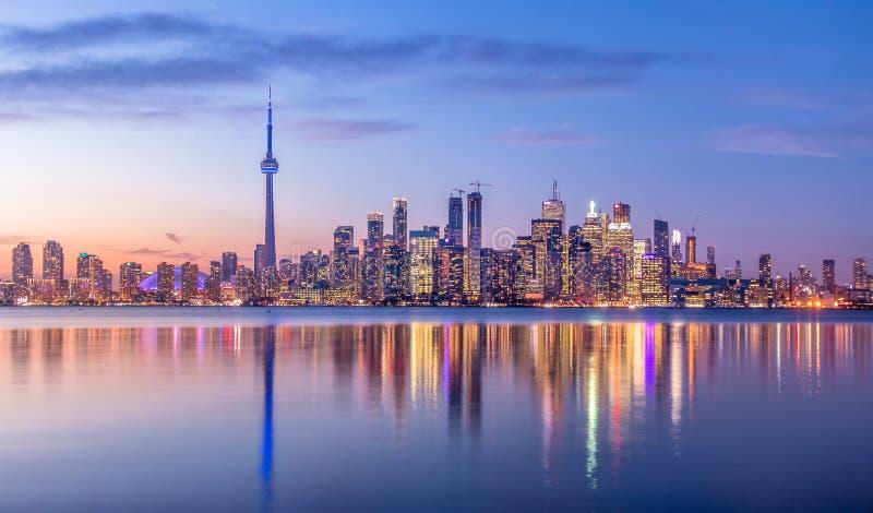Ορίζοντας του Τορόντου με το πορφυρό ελαφρύ Τορόντο, Οντάριο, Καναδάς στοκ εικόνα