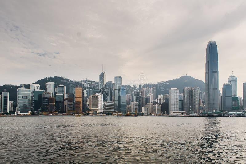 Ορίζοντας Χονγκ Κονγκ πέρα από το λιμάνι Βικτώριας κάτω από έναν θυελλώδη ουρανό στοκ εικόνες με δικαίωμα ελεύθερης χρήσης