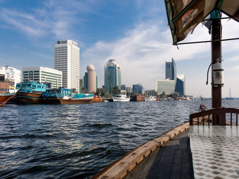 Ορίζοντας Deira από το ταξί νερού abra στον κολπίσκο του Ντουμπάι στοκ εικόνα