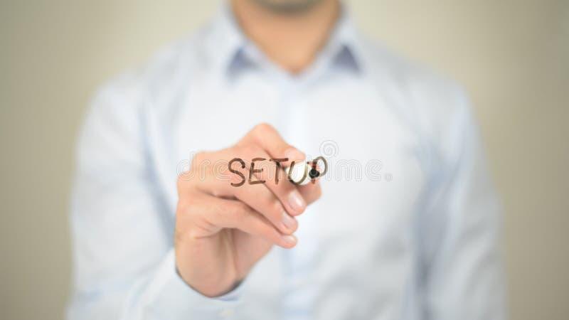 Οργάνωση, άτομο που γράφει στη διαφανή οθόνη στοκ εικόνες με δικαίωμα ελεύθερης χρήσης