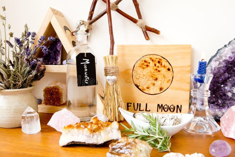 Οργάνωση βωμών πανσελήνων για το τελετουργικό, με τα χορτάρια, κρύσταλλα, κερί στοκ φωτογραφία με δικαίωμα ελεύθερης χρήσης