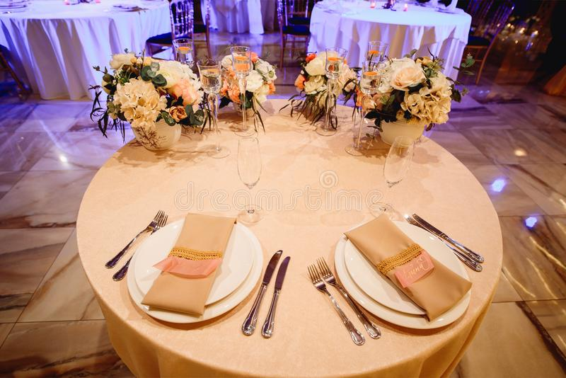 Οργάνωση γαμήλιων πινάκων για τη νύφη και το νεόνυμφο στοκ εικόνες