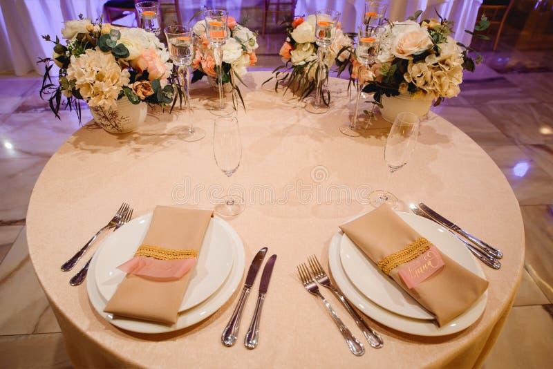 Οργάνωση γαμήλιων πινάκων για τη νύφη και το νεόνυμφο στοκ εικόνες με δικαίωμα ελεύθερης χρήσης