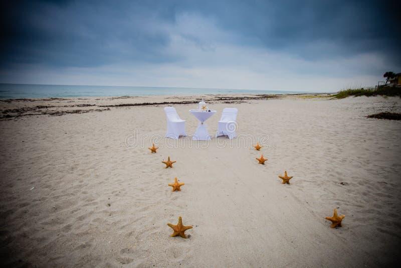 Οργάνωση γαμήλιας τελετής παραλιών στοκ εικόνα με δικαίωμα ελεύθερης χρήσης
