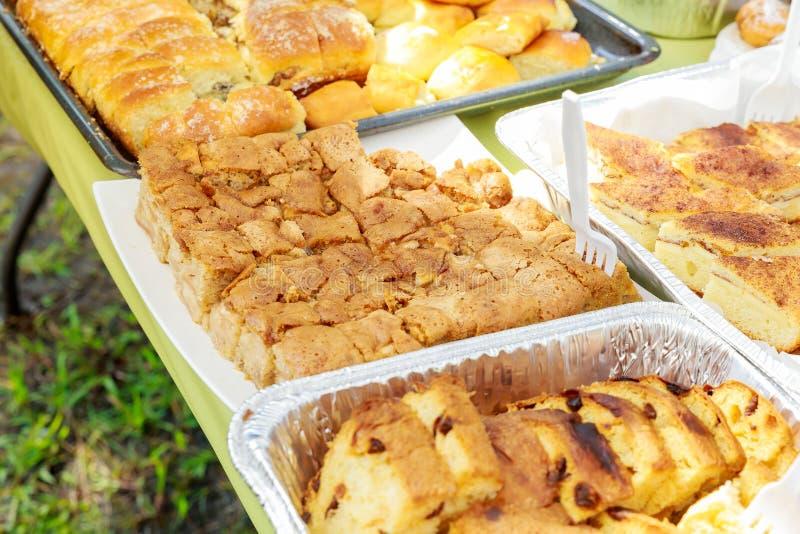 οργάνωση διακοσμήσεων με τα εύγευστα κέικ και τα γλυκά στοκ εικόνα